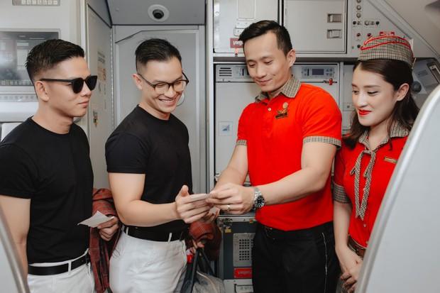 """Sau """"Người ấy là ai"""", Đức Hiền và Sơn Tùng bên nhau tình tứ trong chuyến kỷ niệm đặc biệt tại Phú Quốc - Ảnh 3."""