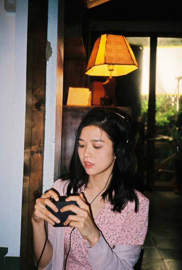 Đạo diễn của nhóm nhạc BTS khai thác vẻ đẹp dịu dàng chưa từng thấy của Suni Hạ Linh trong MV mới - Ảnh 9.