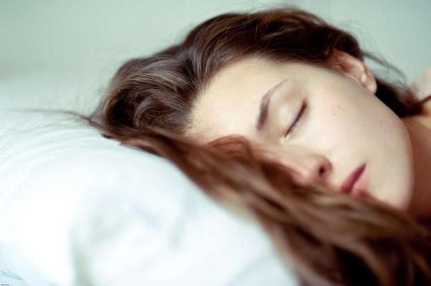 Sửa ngay những thói quen khi ngủ gây hại cho sức khỏe mà nhiều người thường làm mỗi đêm - Ảnh 2.