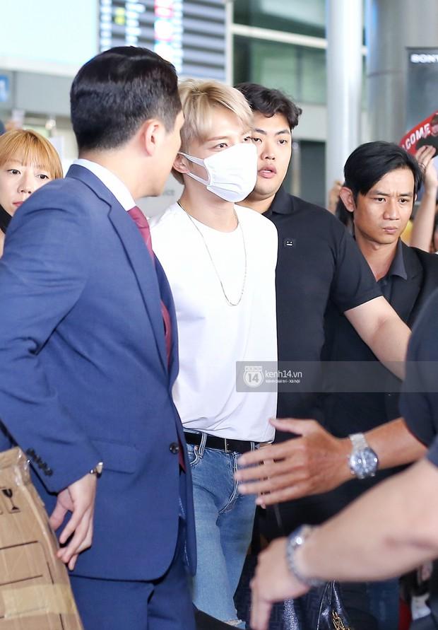 Vị thần phương Đông Jaejoong (JYJ) đầy bảnh bao tại sân bay Tân Sơn Nhất, khiến fan Việt vỡ òa khi trở lại sau 7 năm - Ảnh 3.