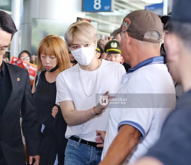 Vị thần phương Đông Jaejoong (JYJ) đầy bảnh bao tại sân bay Tân Sơn Nhất, khiến fan Việt vỡ òa khi trở lại sau 7 năm - Ảnh 4.
