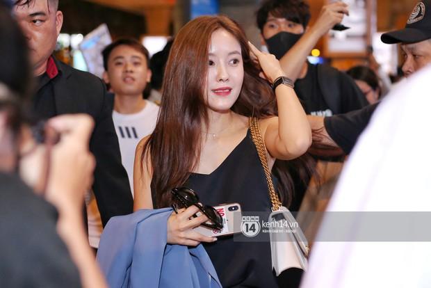 Tới sân bay Tân Sơn Nhất lúc tối muộn, Hyomin (T-ara) tiếp tục gây sốt với làn da đời thực mịn màng giữa biển fan - Ảnh 1.