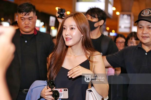 Tới sân bay Tân Sơn Nhất lúc tối muộn, Hyomin (T-ara) tiếp tục gây sốt với làn da đời thực mịn màng giữa biển fan - Ảnh 4.