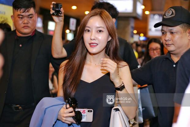 Tới sân bay Tân Sơn Nhất lúc tối muộn, Hyomin (T-ara) tiếp tục gây sốt với làn da đời thực mịn màng giữa biển fan - Ảnh 3.