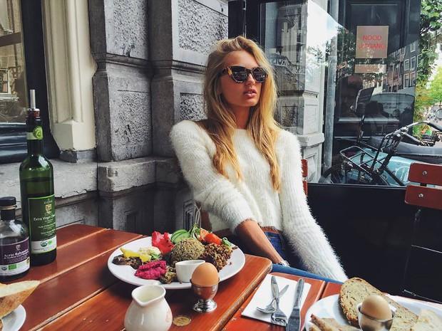 Học lỏm bí quyết giữ dáng mỗi sáng từ các siêu mẫu nội y: người hăng say tập luyện, người tìm tới cà phê, nước ấm - Ảnh 3.