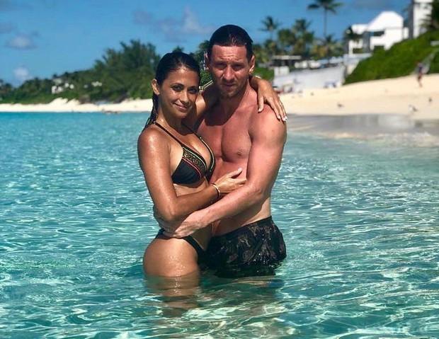 Vợ chồng Messi đăng ảnh cực tình cảm khi đi du lịch chung nhưng các fan chỉ chăm chăm để ý tới mái tóc của siêu sao 32 tuổi - Ảnh 1.