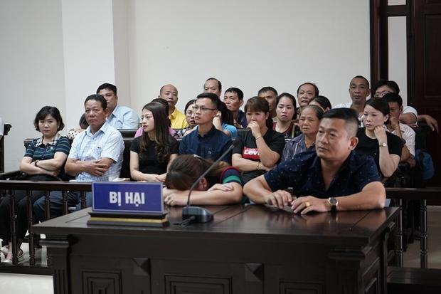 Tiểu thương chợ Long Biên từng 2 lần muốn tự tử, bật khóc khi giáp mặt trùm bảo kê Hưng Kính tại tòa - Ảnh 2.