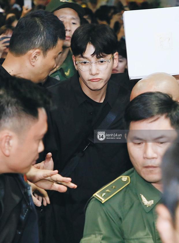 Tài tử Ji Chang Wook và Suju đã có mặt ở sân bay Nội Bài: Điển trai cực phẩm, nhìn biển fan Việt đến đón mà chóng mặt - Ảnh 6.