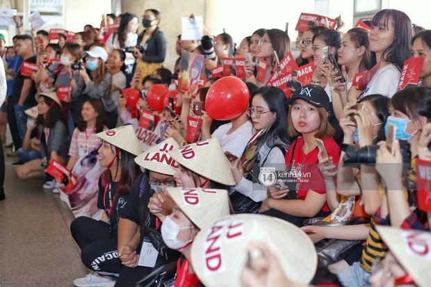 Vị thần phương Đông Jaejoong (JYJ) đầy bảnh bao tại sân bay Tân Sơn Nhất, khiến fan Việt vỡ òa khi trở lại sau 7 năm - Ảnh 8.