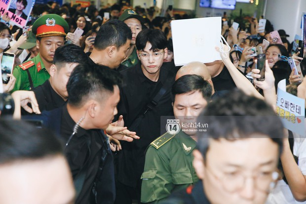Tài tử Ji Chang Wook và Suju đã có mặt ở sân bay Nội Bài: Điển trai cực phẩm, nhìn biển fan Việt đến đón mà chóng mặt - Ảnh 5.