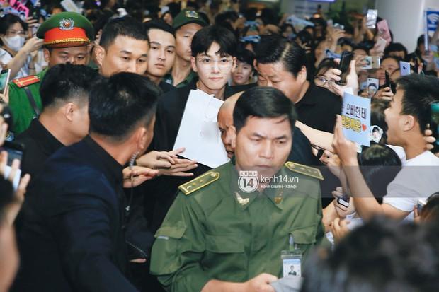 Tài tử Ji Chang Wook và Suju đã có mặt ở sân bay Nội Bài: Điển trai cực phẩm, nhìn biển fan Việt đến đón mà chóng mặt - Ảnh 8.