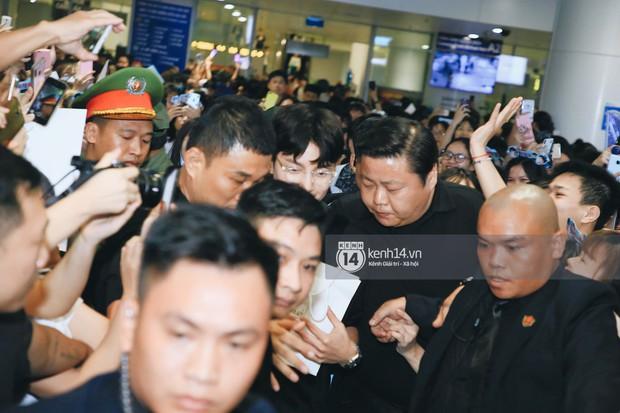 Tài tử Ji Chang Wook và Suju đã có mặt ở sân bay Nội Bài: Điển trai cực phẩm, nhìn biển fan Việt đến đón mà chóng mặt - Ảnh 3.