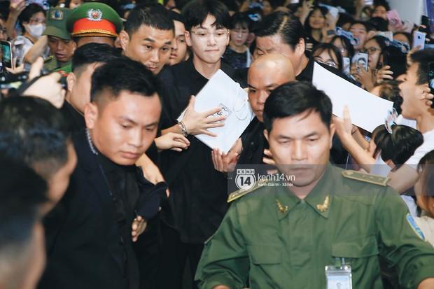 Tài tử Ji Chang Wook và Suju đã có mặt ở sân bay Nội Bài: Điển trai cực phẩm, nhìn biển fan Việt đến đón mà chóng mặt - Ảnh 4.