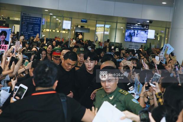 Tài tử Ji Chang Wook và Suju đã có mặt ở sân bay Nội Bài: Điển trai cực phẩm, nhìn biển fan Việt đến đón mà chóng mặt - Ảnh 2.