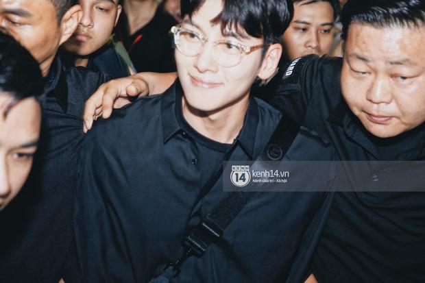 Tài tử Ji Chang Wook và Suju đã có mặt ở sân bay Nội Bài: Điển trai cực phẩm, nhìn biển fan Việt đến đón mà chóng mặt - Ảnh 7.