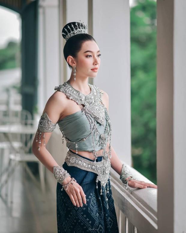 Mỹ nhân gây náo loạn lễ diễu hành ở Thái vì hóa nữ thần cổ xưa đẹp cực phẩm, nhưng ngã ngửa khi kéo đến ảnh cười hết cỡ - Ảnh 12.