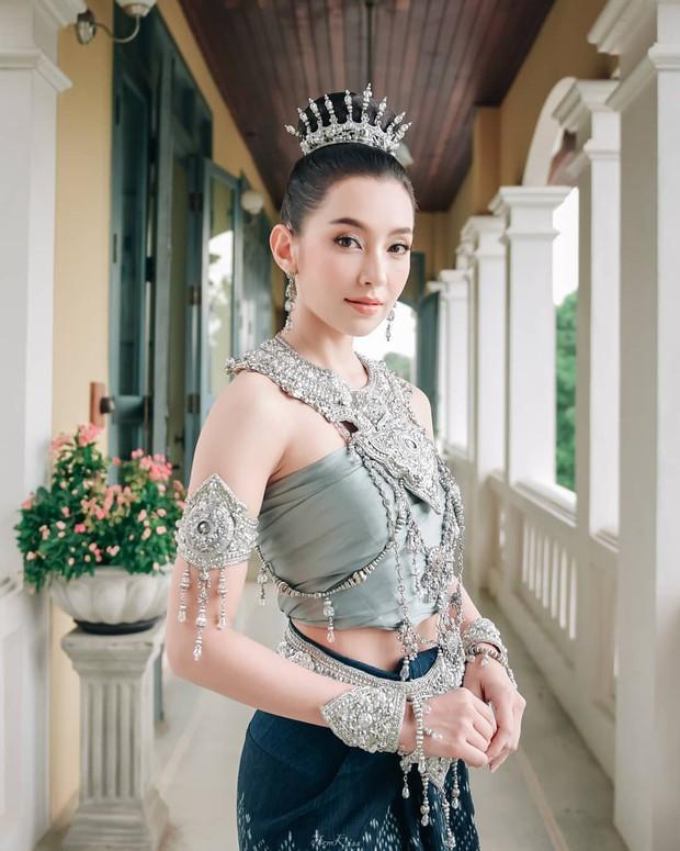 Mỹ nhân gây náo loạn lễ diễu hành ở Thái vì hóa nữ thần cổ xưa đẹp cực phẩm, nhưng ngã ngửa khi kéo đến ảnh cười hết cỡ - Ảnh 13.
