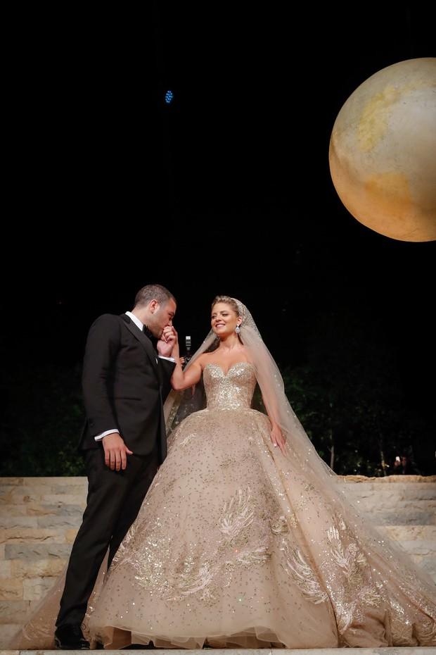 Không hổ danh con dâu nhà mốt Elie Saab: Được bố chồng dành tận 4 chiếc váy cưới Haute Couture, 1 trong số đó độc bản tráng lệ - Ảnh 9.
