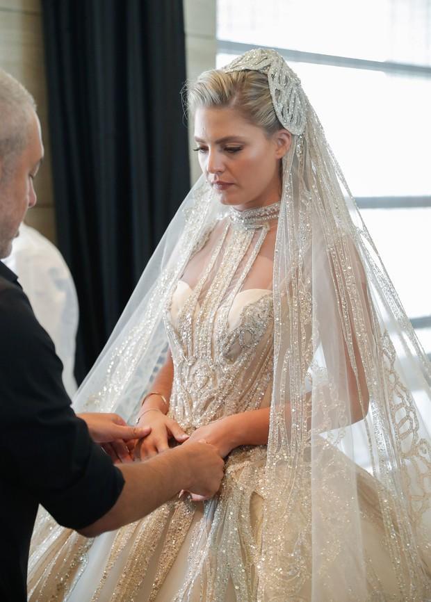 Không hổ danh con dâu nhà mốt Elie Saab: Được bố chồng dành tận 4 chiếc váy cưới Haute Couture, 1 trong số đó độc bản tráng lệ - Ảnh 4.