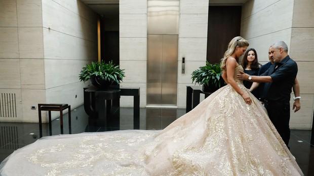 Không hổ danh con dâu nhà mốt Elie Saab: Được bố chồng dành tận 4 chiếc váy cưới Haute Couture, 1 trong số đó độc bản tráng lệ - Ảnh 8.