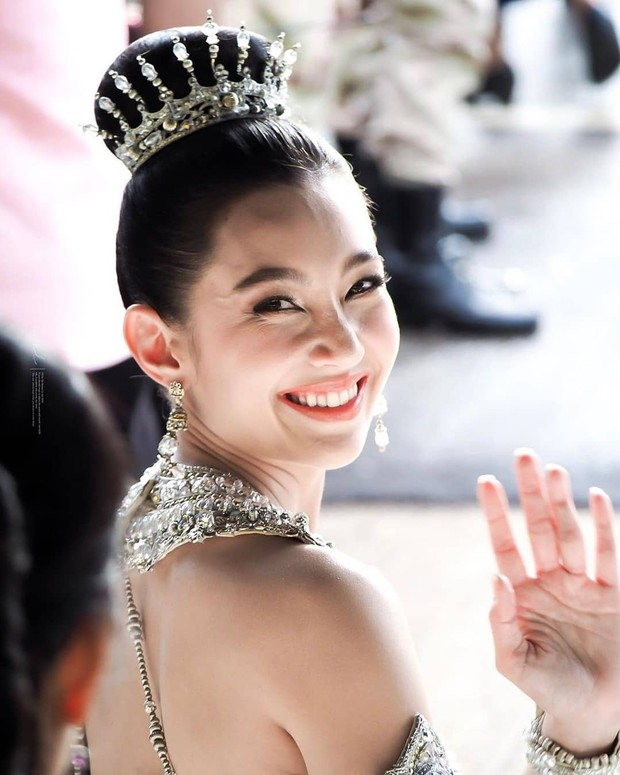 Mỹ nhân gây náo loạn lễ diễu hành ở Thái vì hóa nữ thần cổ xưa đẹp cực phẩm, nhưng ngã ngửa khi kéo đến ảnh cười hết cỡ - Ảnh 17.