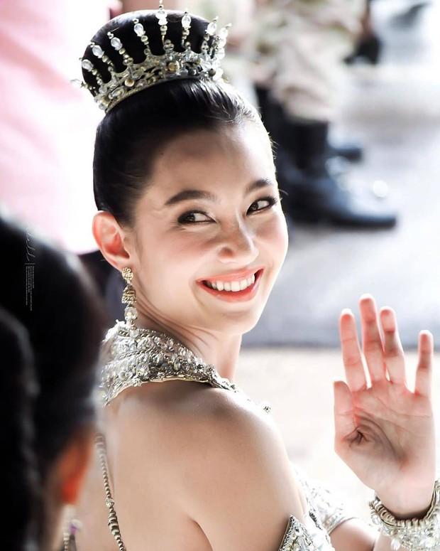 Mỹ nhân gây náo loạn lễ diễu hành ở Thái vì hóa nữ thần cổ xưa đẹp cực phẩm, nhưng ngã ngửa khi kéo đến ảnh cười hết cỡ - Ảnh 16.