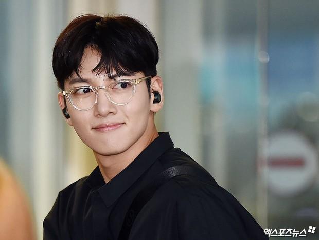 Tài tử Hoàng hậu Ki Ji Chang Wook đẹp trai hết nấc tại sân bay Hàn, chuẩn bị đến Hà Nội trong vài tiếng nữa - Ảnh 1.