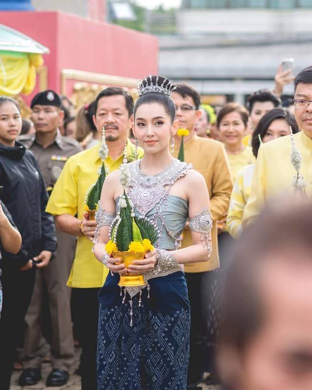 Mỹ nhân gây náo loạn lễ diễu hành ở Thái vì hóa nữ thần cổ xưa đẹp cực phẩm, nhưng ngã ngửa khi kéo đến ảnh cười hết cỡ - Ảnh 1.