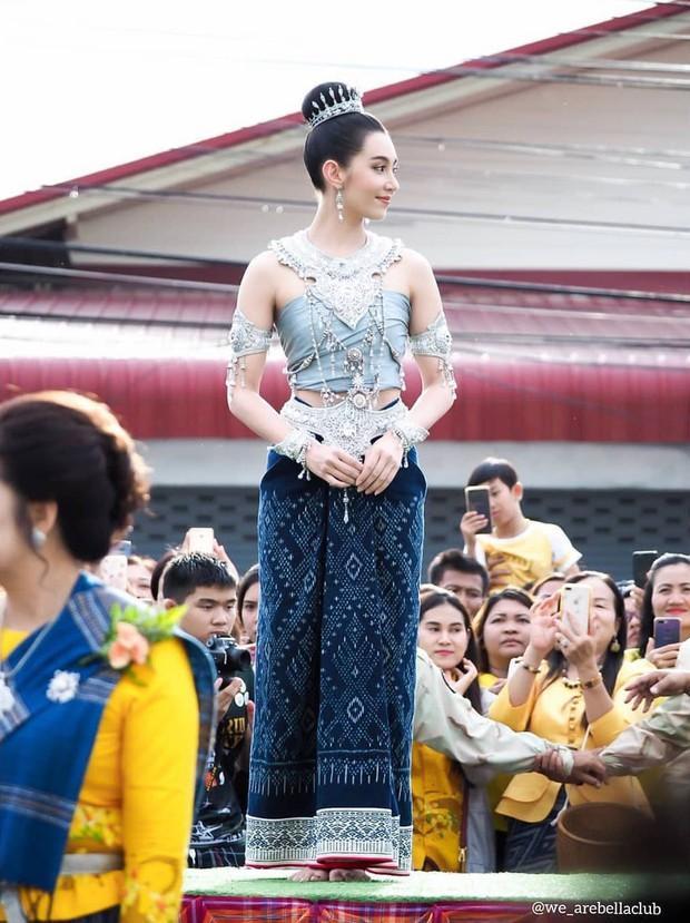 Mỹ nhân gây náo loạn lễ diễu hành ở Thái vì hóa nữ thần cổ xưa đẹp cực phẩm, nhưng ngã ngửa khi kéo đến ảnh cười hết cỡ - Ảnh 4.