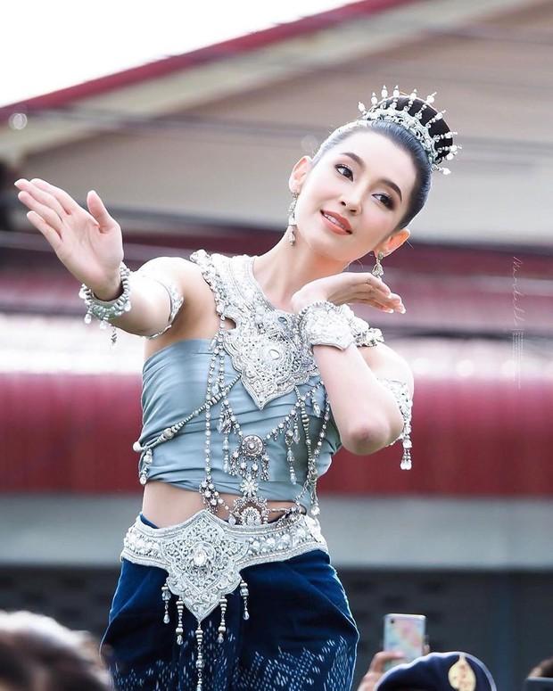 Mỹ nhân gây náo loạn lễ diễu hành ở Thái vì hóa nữ thần cổ xưa đẹp cực phẩm, nhưng ngã ngửa khi kéo đến ảnh cười hết cỡ - Ảnh 7.