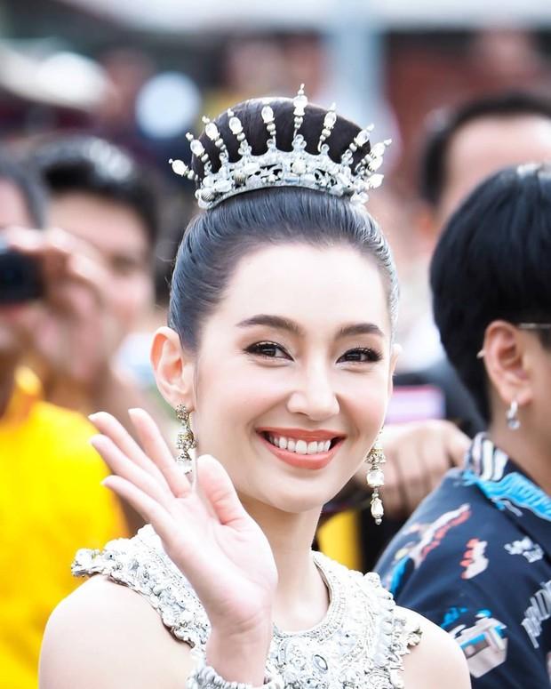 Mỹ nhân gây náo loạn lễ diễu hành ở Thái vì hóa nữ thần cổ xưa đẹp cực phẩm, nhưng ngã ngửa khi kéo đến ảnh cười hết cỡ - Ảnh 15.