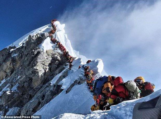 Ngọn núi đẹp nhất thế giới Matterhorn bắt đầu nứt vỡ vì tan băng - Ảnh 2.