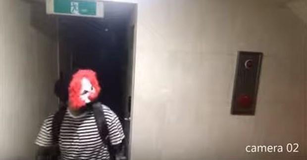 Đoạn clip gây rùng mình vài giờ qua ở Hàn: Kẻ biến thái đeo mặt nạ hề lẻn vào khu nhà trọ, liên tục nhấn mật mã để đột nhập vào nhà - Ảnh 4.