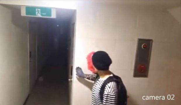 Đoạn clip gây rùng mình vài giờ qua ở Hàn: Kẻ biến thái đeo mặt nạ hề lẻn vào khu nhà trọ, liên tục nhấn mật mã để đột nhập vào nhà - Ảnh 5.