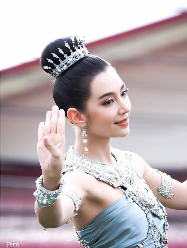 Mỹ nhân gây náo loạn lễ diễu hành ở Thái vì hóa nữ thần cổ xưa đẹp cực phẩm, nhưng ngã ngửa khi kéo đến ảnh cười hết cỡ - Ảnh 3.