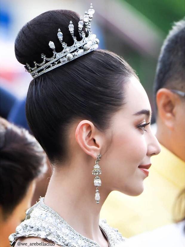 Mỹ nhân gây náo loạn lễ diễu hành ở Thái vì hóa nữ thần cổ xưa đẹp cực phẩm, nhưng ngã ngửa khi kéo đến ảnh cười hết cỡ - Ảnh 9.