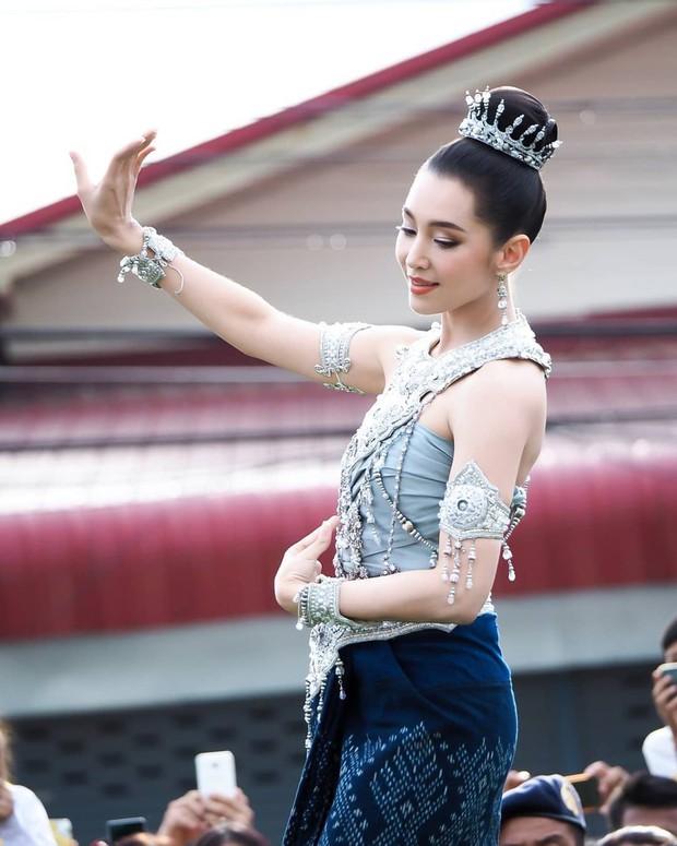 Mỹ nhân gây náo loạn lễ diễu hành ở Thái vì hóa nữ thần cổ xưa đẹp cực phẩm, nhưng ngã ngửa khi kéo đến ảnh cười hết cỡ - Ảnh 6.