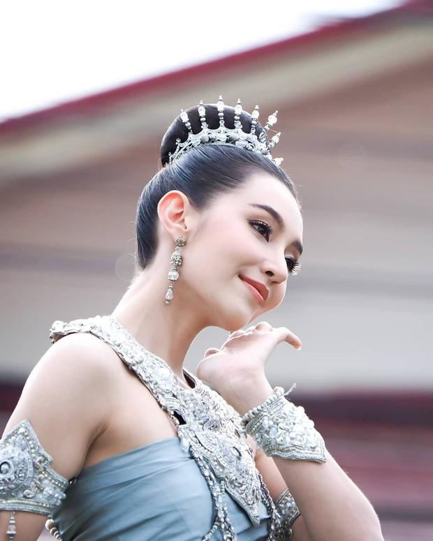 Mỹ nhân gây náo loạn lễ diễu hành ở Thái vì hóa nữ thần cổ xưa đẹp cực phẩm, nhưng ngã ngửa khi kéo đến ảnh cười hết cỡ - Ảnh 2.