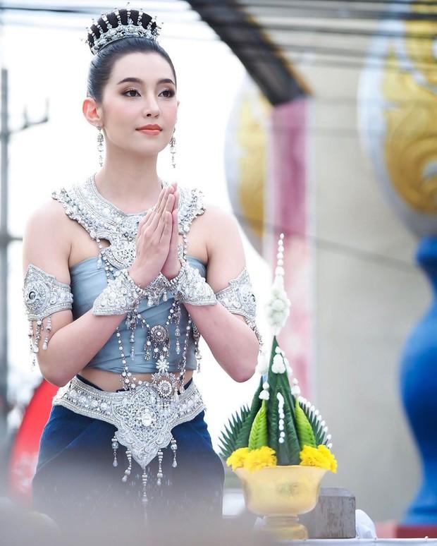 Mỹ nhân gây náo loạn lễ diễu hành ở Thái vì hóa nữ thần cổ xưa đẹp cực phẩm, nhưng ngã ngửa khi kéo đến ảnh cười hết cỡ - Ảnh 5.