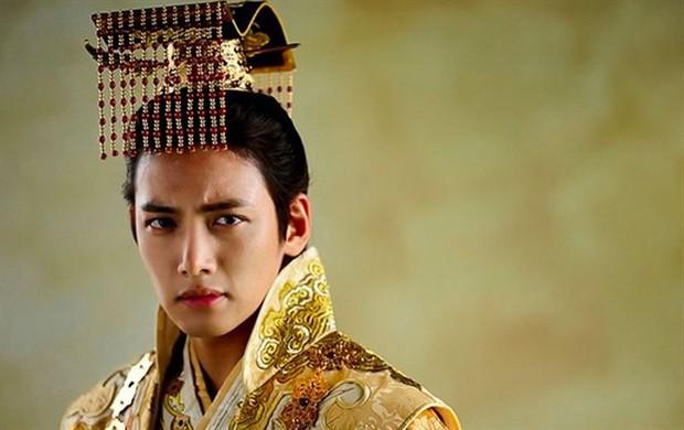 Khoảnh khắc màn ảnh đẹp điên đảo của Ji Chang Wook: Hoàng thượng nào lại có body ngon như cơm mẹ nấu thế này? - Ảnh 6.