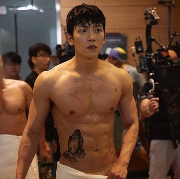 Khoảnh khắc màn ảnh đẹp điên đảo của Ji Chang Wook: Hoàng thượng nào lại có body ngon như cơm mẹ nấu thế này? - Ảnh 13.