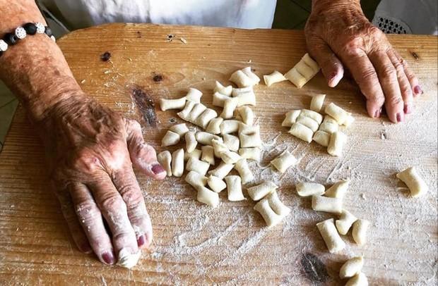 Pasta Grannies: Những người bà làm mì Ý tóc bạc phơ sở hữu kênh Youtube trăm nghìn theo dõi - Ảnh 1.