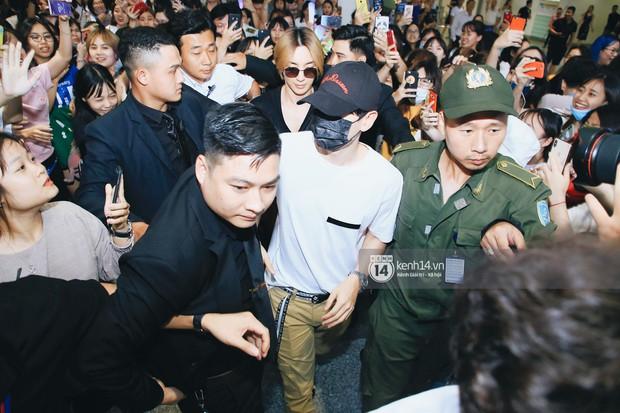 Tài tử Ji Chang Wook và Suju đã có mặt ở sân bay Nội Bài: Điển trai cực phẩm, nhìn biển fan Việt đến đón mà chóng mặt - Ảnh 13.