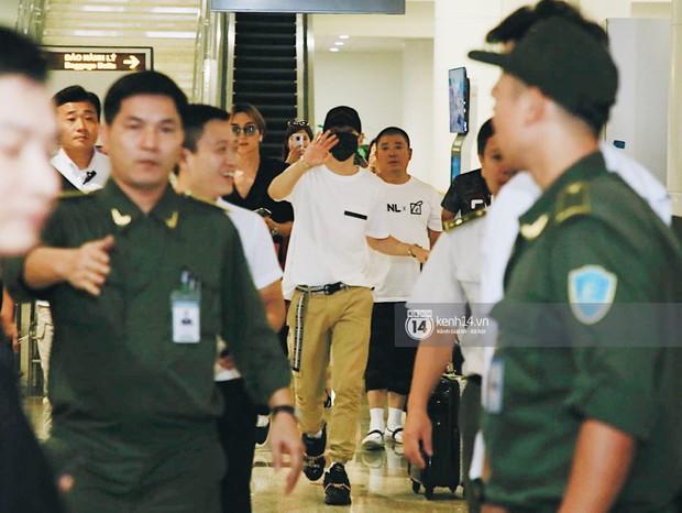 Tài tử Ji Chang Wook và Suju đã có mặt ở sân bay Nội Bài: Điển trai cực phẩm, nhìn biển fan Việt đến đón mà chóng mặt - Ảnh 11.