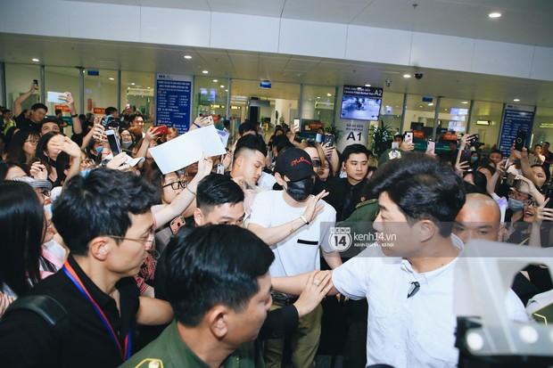 Tài tử Ji Chang Wook và Suju đã có mặt ở sân bay Nội Bài: Điển trai cực phẩm, nhìn biển fan Việt đến đón mà chóng mặt - Ảnh 12.