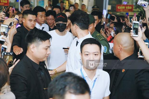 Tài tử Ji Chang Wook và Suju đã có mặt ở sân bay Nội Bài: Điển trai cực phẩm, nhìn biển fan Việt đến đón mà chóng mặt - Ảnh 15.
