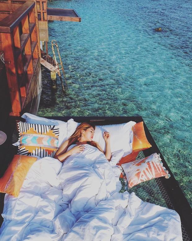 Góc ngược đời: Ngày xưa thì tranh nhau ở resort 5 sao nhưng giờ ai đi Maldives cũng đòi... ra giữa biển ngủ!  - Ảnh 12.