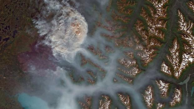 Khó tin nhưng có thực: Bắc Cực đang bốc cháy cực mạnh, và đám cháy ấy lớn đến mức nhìn thấy được từ ngoài vũ trụ - Ảnh 1.