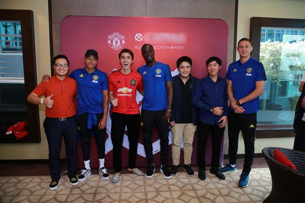 Siêu sao của Manchester United ký tặng hot boy Việt Nam trên đất Singapore - Ảnh 1.