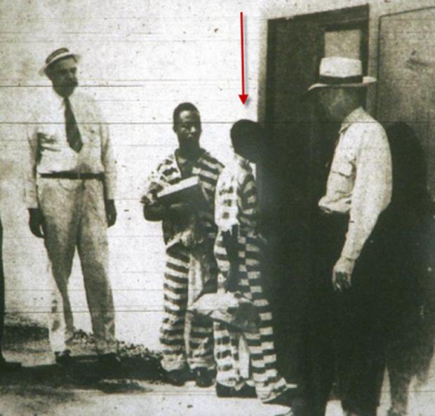 Tử tù trẻ nhất thế giới bị hành hình trên ghế điện: Bị kết án giết người chóng vánh sau 10 phút luận tội, 70 năm sau mới được minh oan - Ảnh 2.